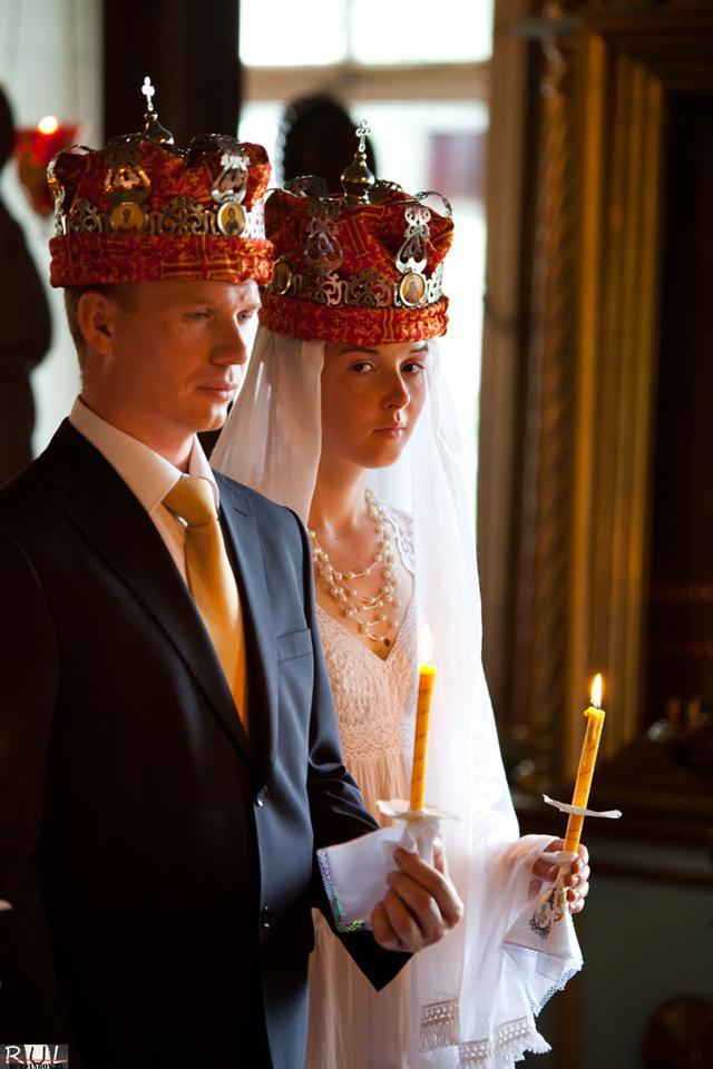 Венчание Свадьба церковь венчание жених невеста свечи короны священник красиво http://rul.inspider.ru/