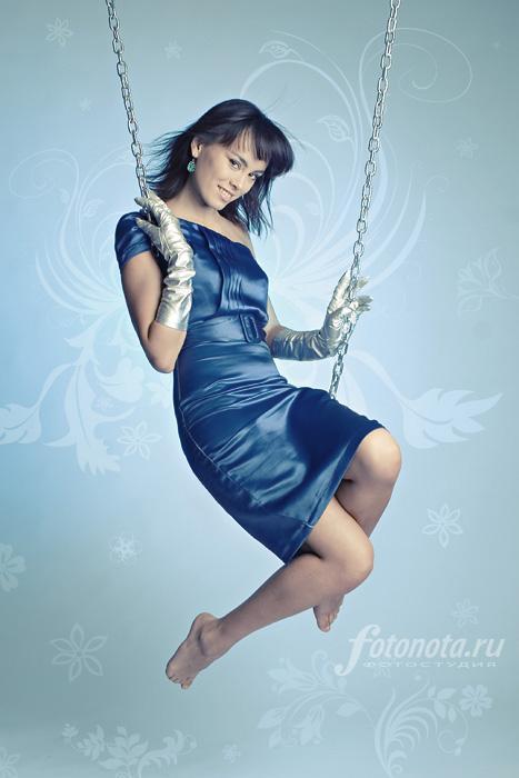 *** девушка качели цепь голубое зима снегурочка