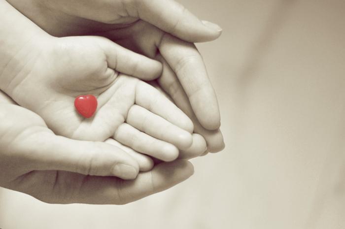 Берегите своих детей! руки, ребенок, сердце, нежность, забота, ладошки, черно-белое