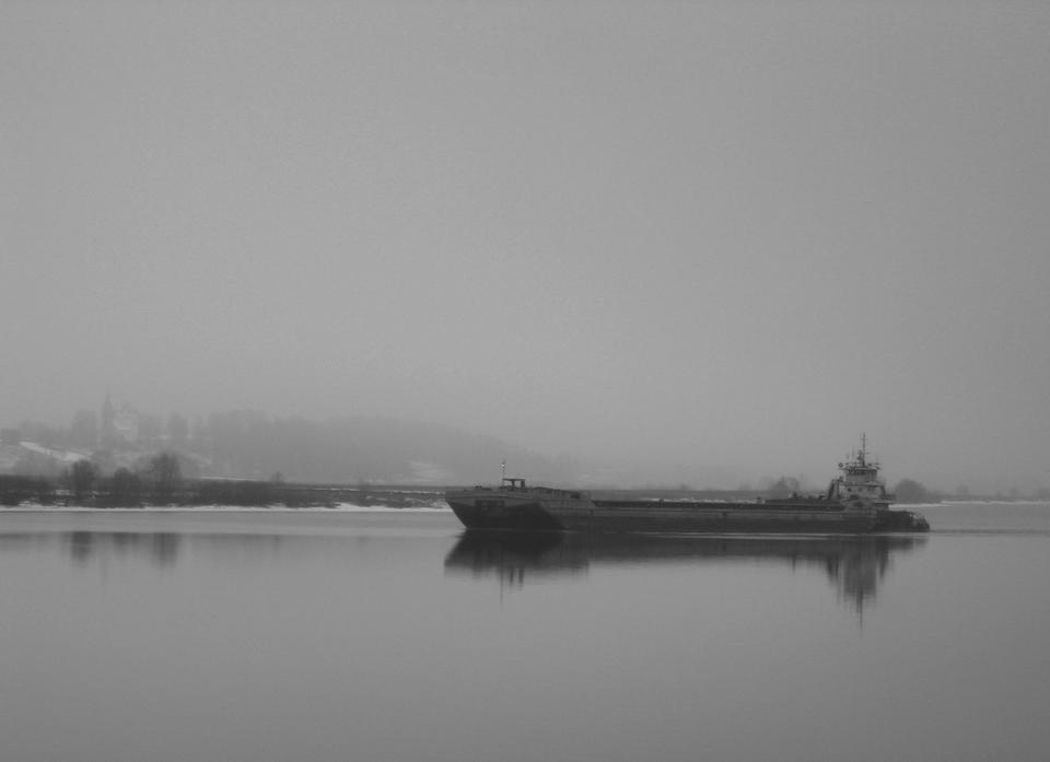 Туман осень река Волга туман буксир отражение
