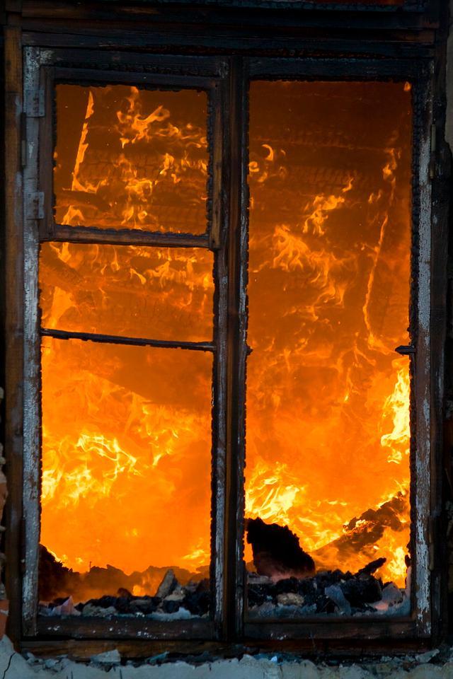 Свет в твоем окне... огонь окно пожар гореть горит пламя