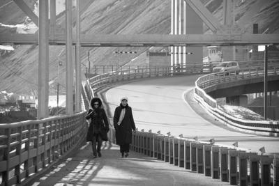 *** Люди на мосту мост индустриальный пейзаж