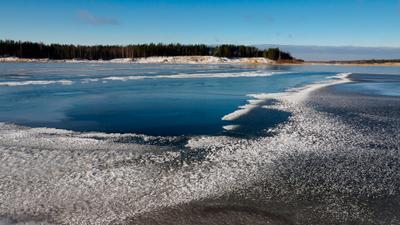 Тонкий лёд на озере лес зима мороз утро карелия