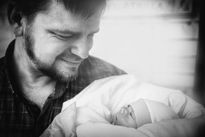 Ну... здравствуй! роддом выписка лето чб черно белое отец сын взгляд младенец