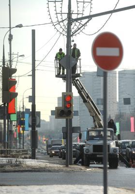 В джунглях города монтажники знак светофор