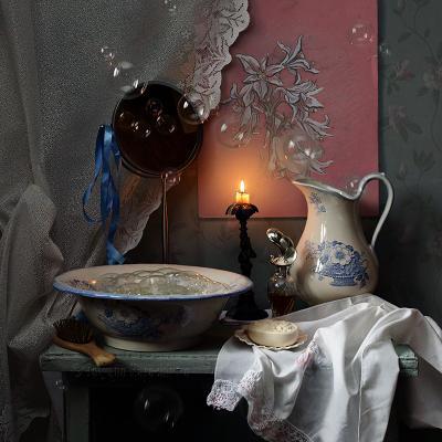 Утреннее волшебство натюрморт мыльные пузыри кувшин свеча