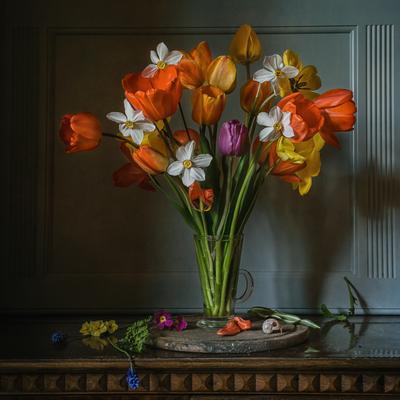 Весны апофеоз натюрморт цветы тюльпаны нарциссы