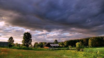 На границе грозового фронта гроза тучи небо деревня село лето вечер