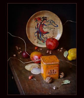 С бамбуковой тарелкой и жасминовым чаем азиатский натюрморт Азия жестяная чайная коробка гранат айва манго тарелка гейша
