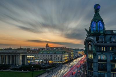 Вечер в центре Санкт Петербург Невский проспект Вечер трафик башня дом книги