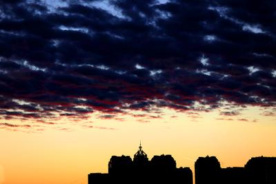 ...тучи над городом встали закат тучи силуэт города городской