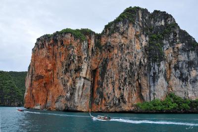 Лодки блуждают в зеленых морях