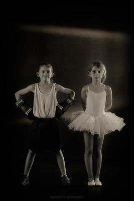 Сёстры близняшки. девочка девочки балерина дети балет бокс