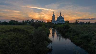 На вечерней зорьке река устье берега церковь облака закат храм савинское