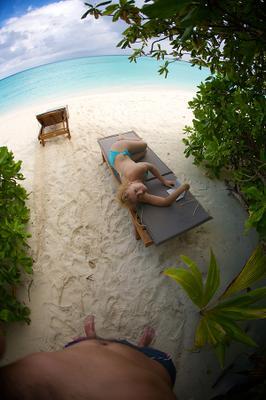 Совсемнетназвания sun island шезлоги девушка полтора человека пляж индийский океан