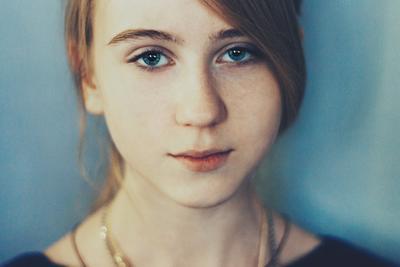 Дашка девочка девушка ребенок женщина самка голубой холод радость актриса цвет нирвана умиротворение