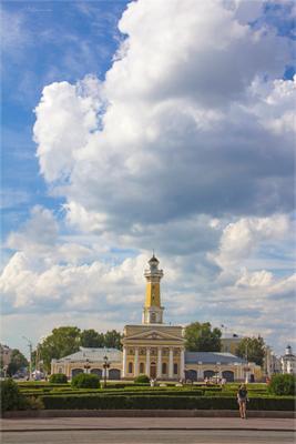 Проплывавшие над зданием облака. каланча Кострома