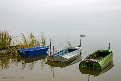 Утро на озере. Озеро лодки красиво пасмурно утро