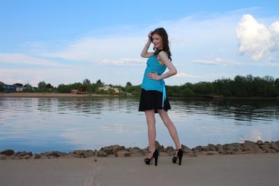 Кокетка на набережной природа девушка кокетка красота романтика небо облака вечер река вода камни набережная город парк прогулка ножки модель каблуки лето берег мода