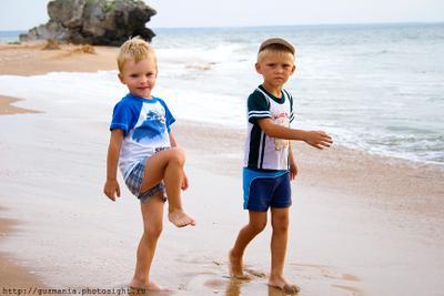 Пацаны пацаны мальчик дети море песок пляж волны следы