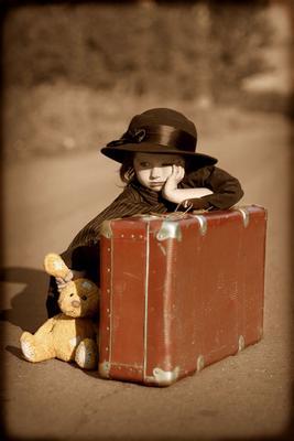 Высадили........ девочка чемодан высадили