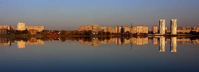 тонкая грань вода отражение город