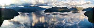 Между небом и водой Алтай Телецкое озеро облака отражение туман