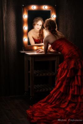 *** студия девушка красный платье зеркало шлейф