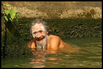 Жанровый позитивный монах. Тайланд монах Тайланд экзотика купание