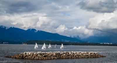 С попутным ветром небо облака парусник яхтя горы камни океан залив