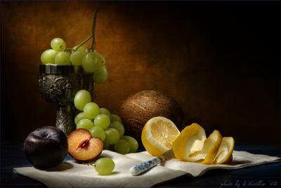 Натюрморт с фруктами, кубком и кокосовым орехом.