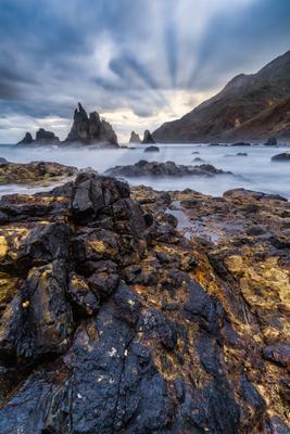 На златых берегах Испаня Тенерифе Бенихо рассвет лучи скалы облака океан пляж песок небо вода