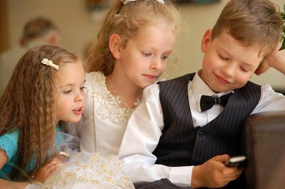 А кто это тебе пишет, а !? дети любопытный СМС SMS