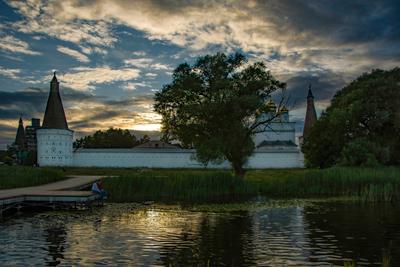 На закате монастырь закат лето