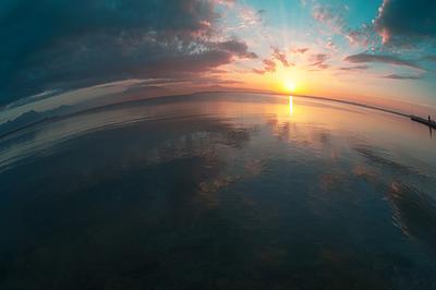 И все же она круглая море рассвет вода облака отражения лучи солнце
