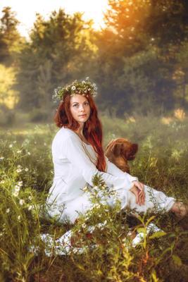 Отдых на ромашковом поле девушка славянка рыжеволосая ромашки собака