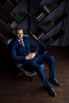 CEO мужской портрет деловой мужчина костюм книги директор шеф гламур