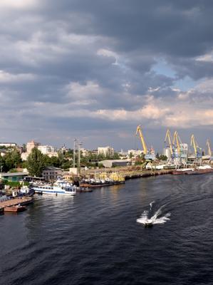 После дождя город порт лодка тучи август днепр украина