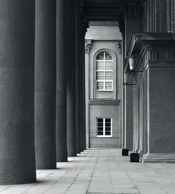 Фотоэтюд. В портике портик монохром архитектура колонны окна