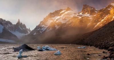 Пылевая буря у Серро-Торре Патагония Аргентина Серро-Торре горы закат