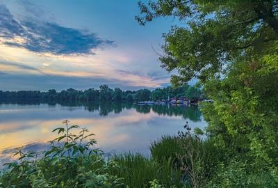 Вечер на Белом озере озеро лодки закат тучи дерево ясень трава лето