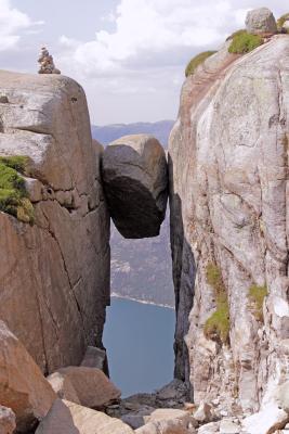 Горошина Кьерага камень горы скалы Норвегия Люсефьорд Кьераг