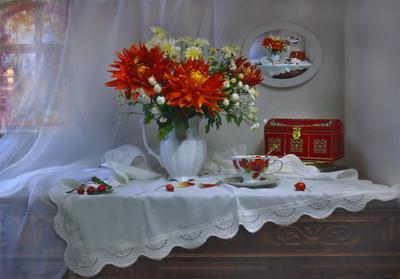 Нагадай нам, Осень, тихих дней и ясных... still life натюрморт цветы хризантемы фото сумерки стихи сентябрь осень георгины фарфор картина шкатулка боярышник книги