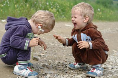 Как мало нужно для счастья двойняшки дети лужа радость