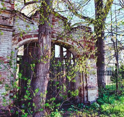 Позади двести лет Ретро старинные ворота кирпичная кладка