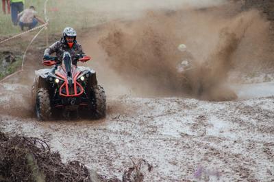 Гонка на квадроциклах гонка внедорожник ухаб грязь квадроцикл