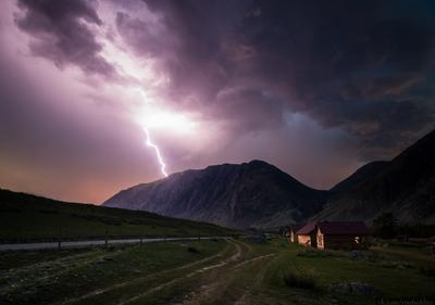 Алтайская гроза Алтай пейзаж Россия природа скала камень горы гроза небо молния дождь ливень ночь