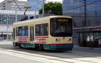 Трамваи Тоямы трамвай рельсы провода светофор