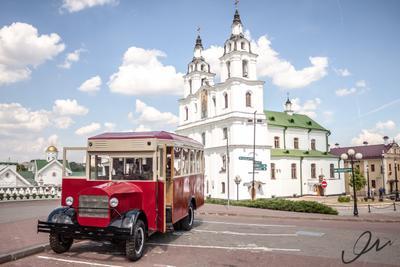 Макет автобуса ЗИЛ на фоне архитектуры Минска ЗИС автобус Немига Минск