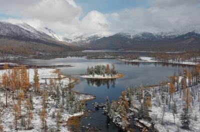 Зимний остров Горный Алтай осень снег